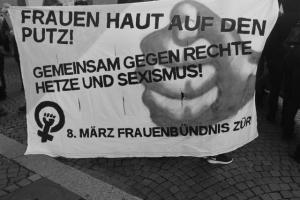 Transpi_Frauen_haut_auf_den Putz